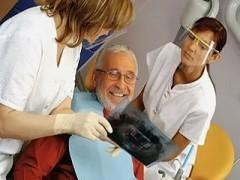 Как получить компенсацию за протезирование зубов пенсионеру в 2021 году: кому положена